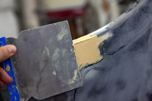Many tools should be used while repairing dents with body filler, including putty